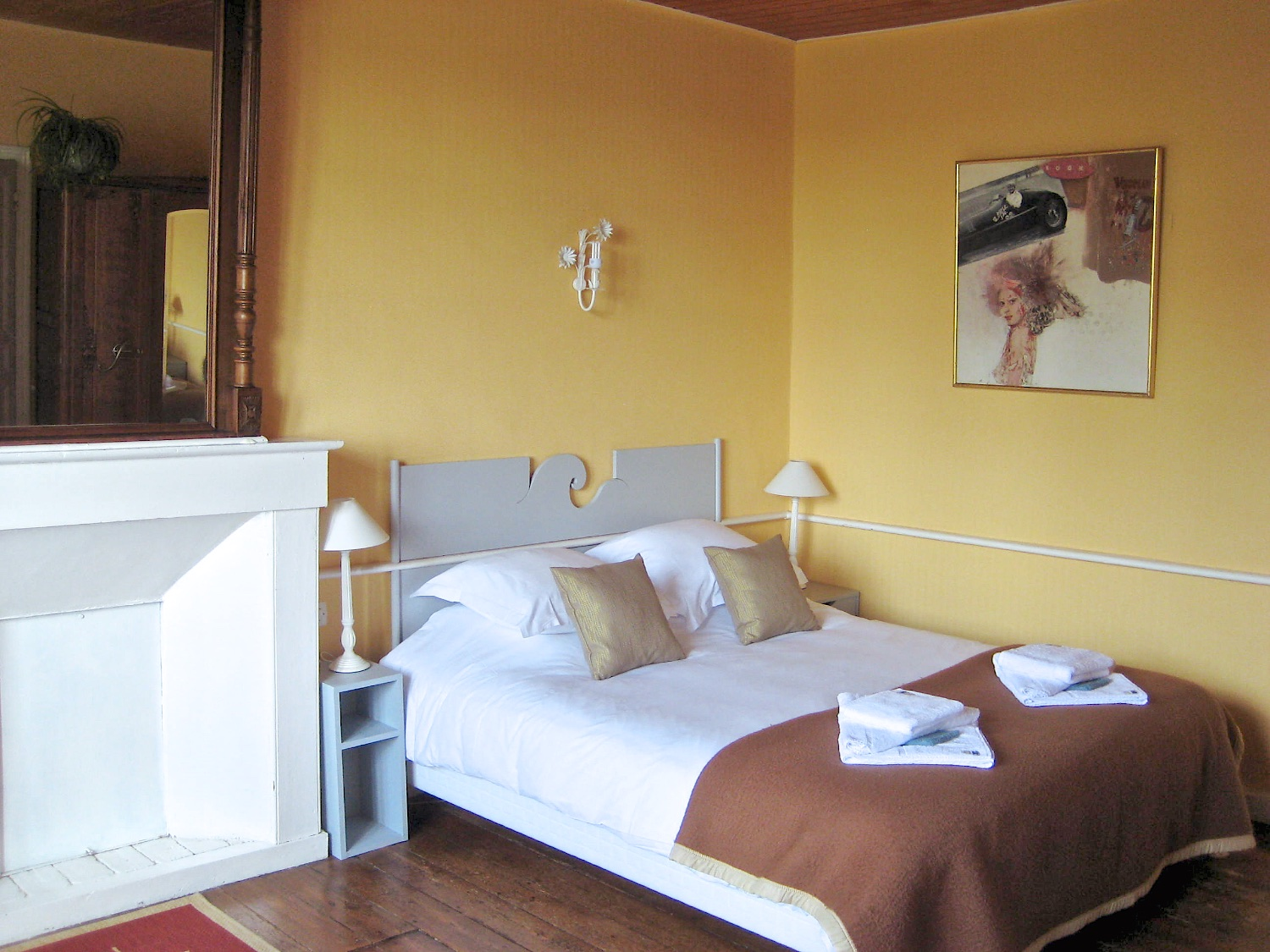 La chambre jaune lan caradec for Decoration maison jaune